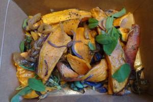Gegrilde zoete aardappel met salie, ui en look