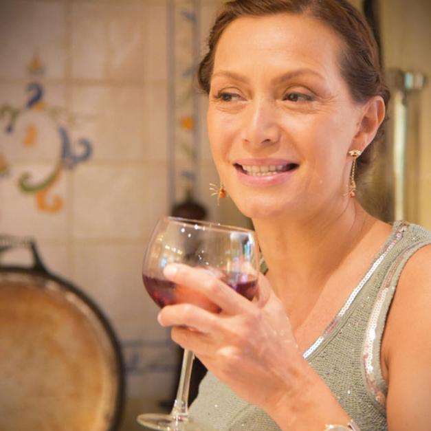 Martine Prenen met een drankje in de hand