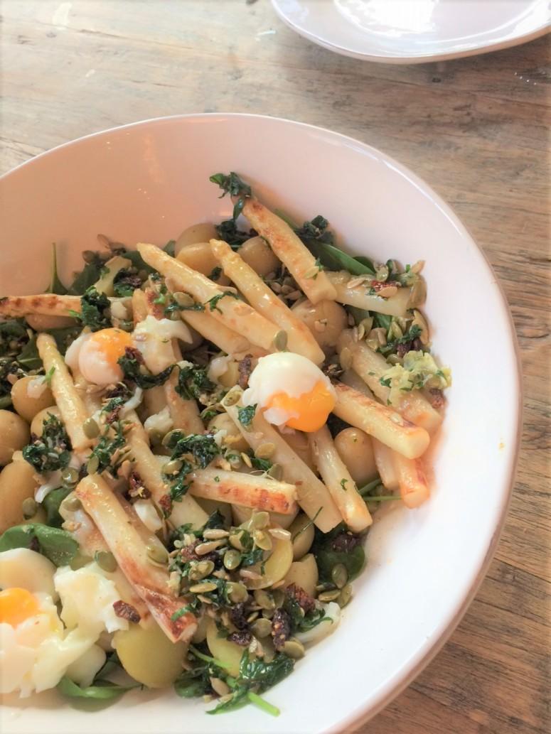 Paasrecept: heerlijke lentesalade met asperges, krieltjes en een eitje