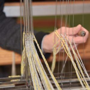 Het weefgetouw besturen gaat handmatig voor optimaal duurzaam textiel
