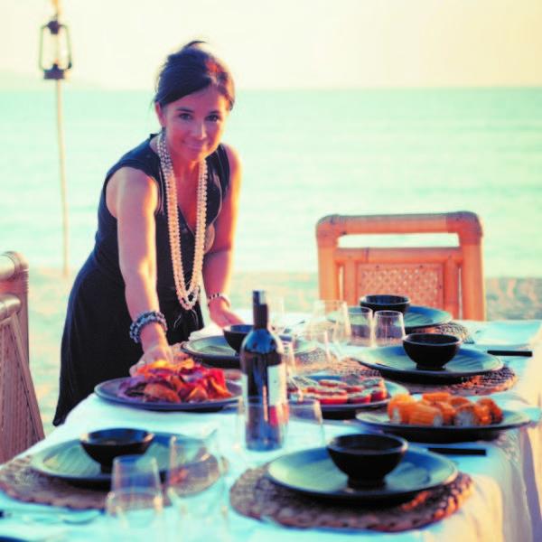 Chantal Voets opm een vegetarische barbecue op het strand