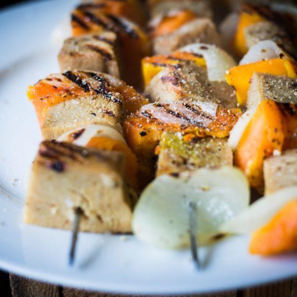 Recept voor een vegetarische barbecue: saté met seitan en papaja