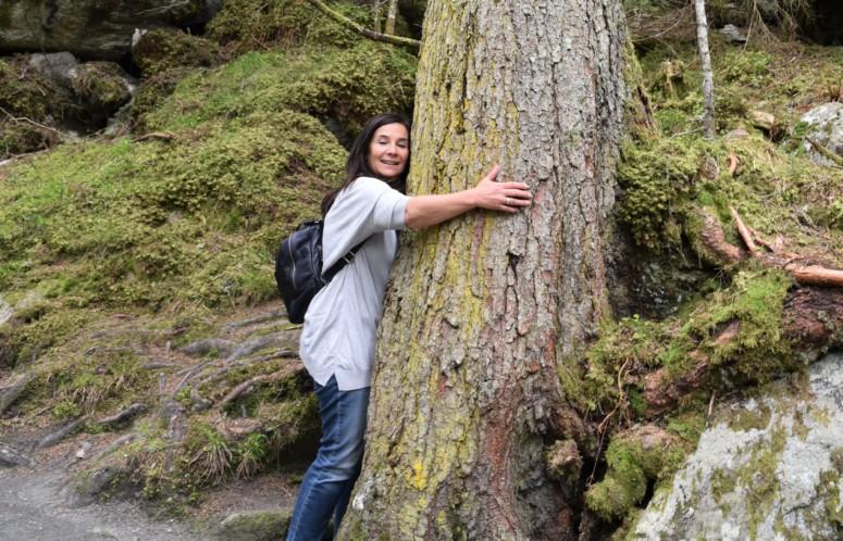 Chantal Voets doet aan boomknuffel voor meer verbondenheid met de natuur