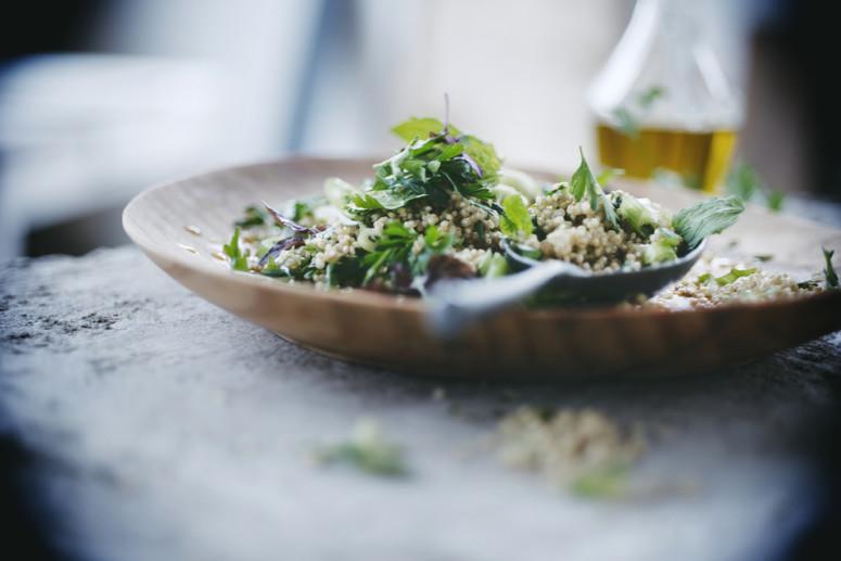 Zomerse quinoa salade met verse kruiden