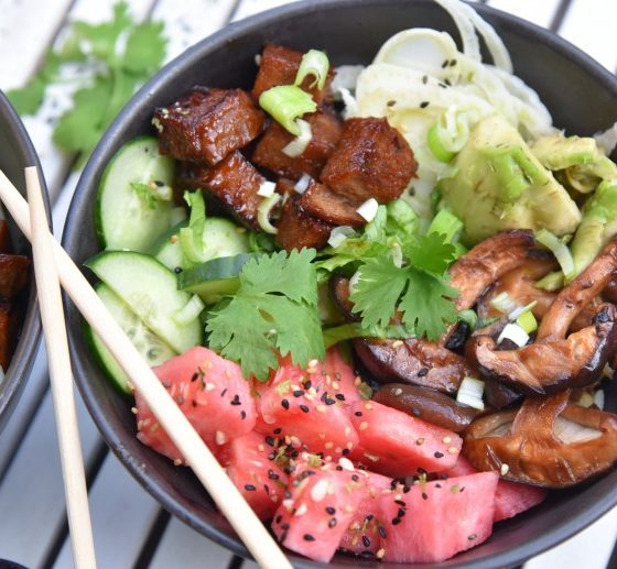 vegan poke bowl met seitan, shiitake en watermeloen