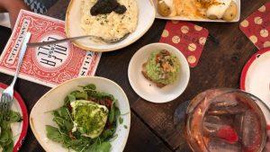 Een tafel gevuld met gerechten van Casa Lolea in Barcelona