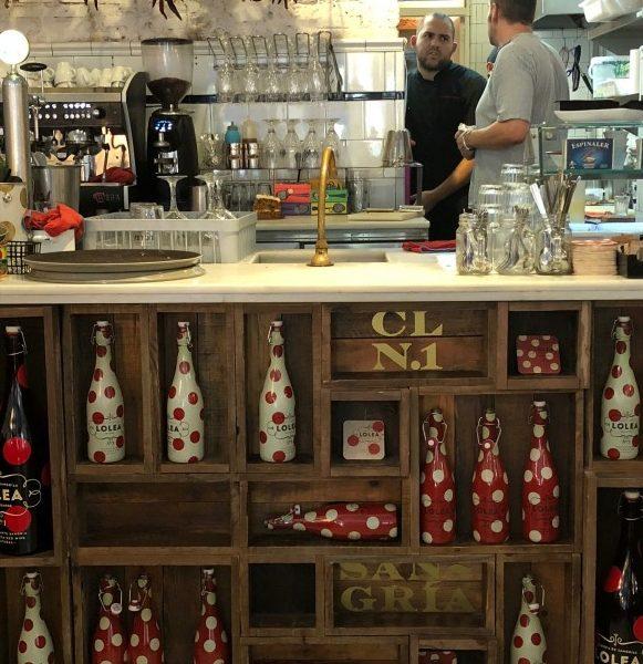 De bar van Casa Lolea gevuld met flessen van hun huis sangria