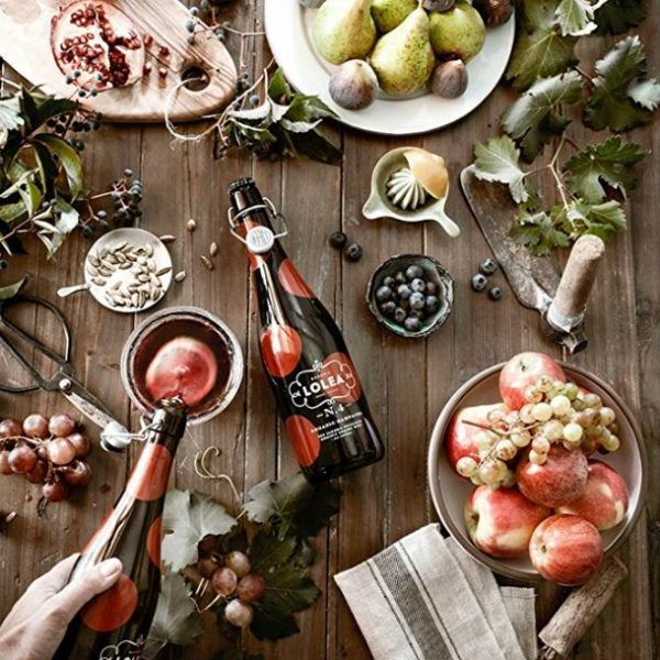 Een tafel gevuld met lekker en gezond eten samen met de mooie flessen van de sangria van Casa Lolea