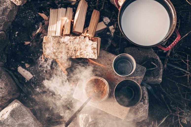 Wolvenkinderen recept voor warme chocolade melk boven een vuurtje