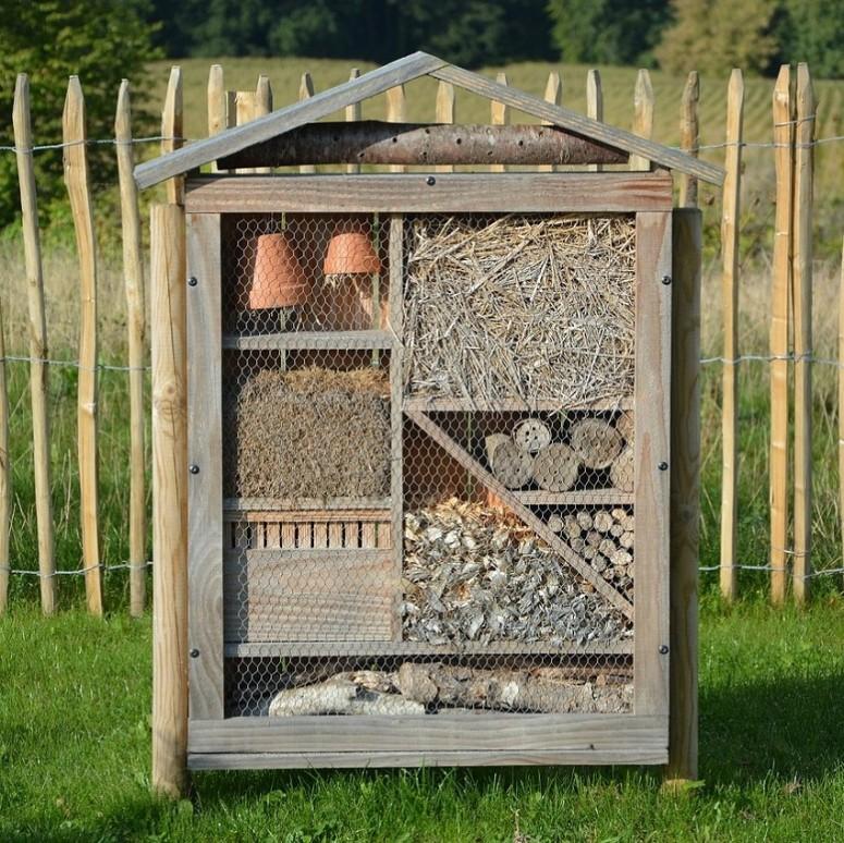 Om als bedrijf beschermer te zijn van BeBiodiversiteit kan je bijvoorbeeld een insectenhuis plaatsen op je bedrijventerrein