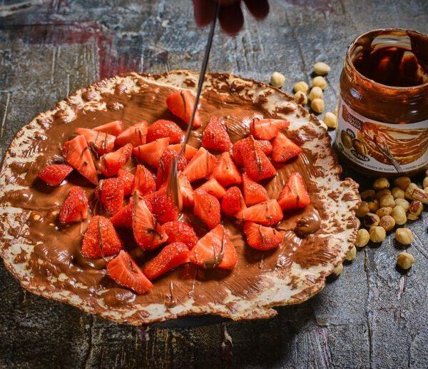 dessert pizza met choco en aardbeien