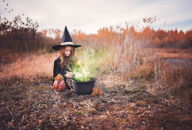 Heksen meisje kookt voor Halloween